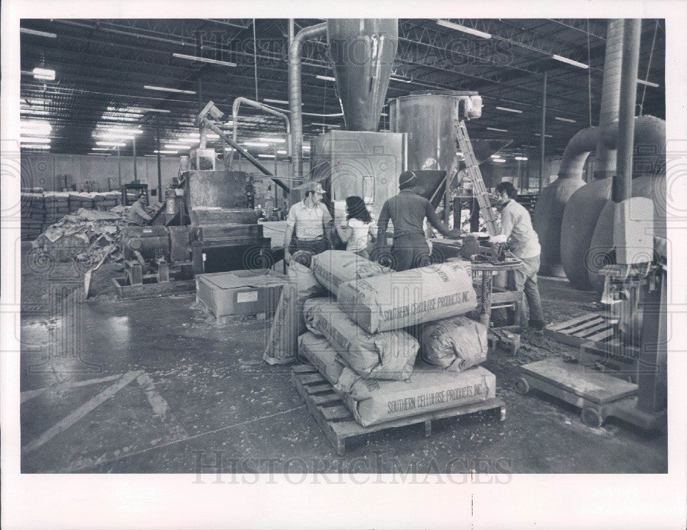 1978 Largo Florida Bagging Insulation at Southern Cellulose Products Press Photo - Historic Images