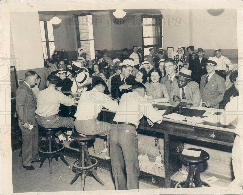 1937 Chicago, Illinois Marriage License Bureau Crowd Press Photo - Historic Images