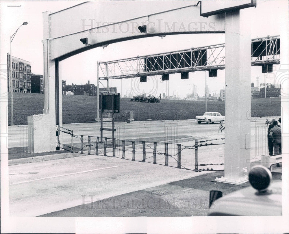 1961 Chicago IL Northwest Expressway Erie St Yield Barrier Test Press Photo - Historic Images