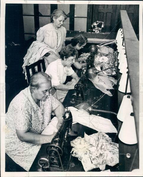 1943 Chicago, Illinois Washburn School Sewing Class Press Photo - Historic Images