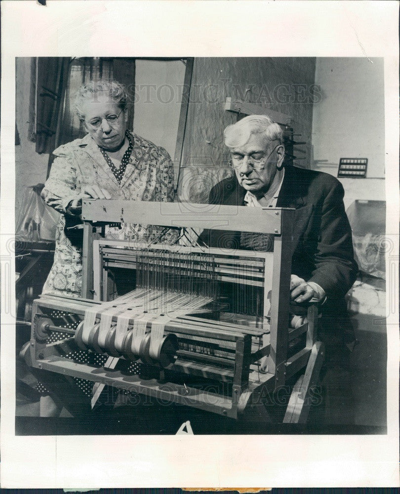 1958 Chicago, Illinois Senior Center Weaving Class Press Photo - Historic Images