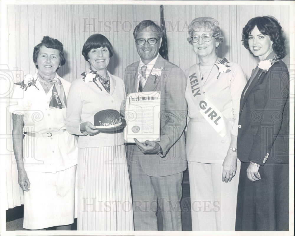 1980 St. Petersburg FL Kelly Services Mgr Bob Coleman & Employees Press Photo - Historic Images