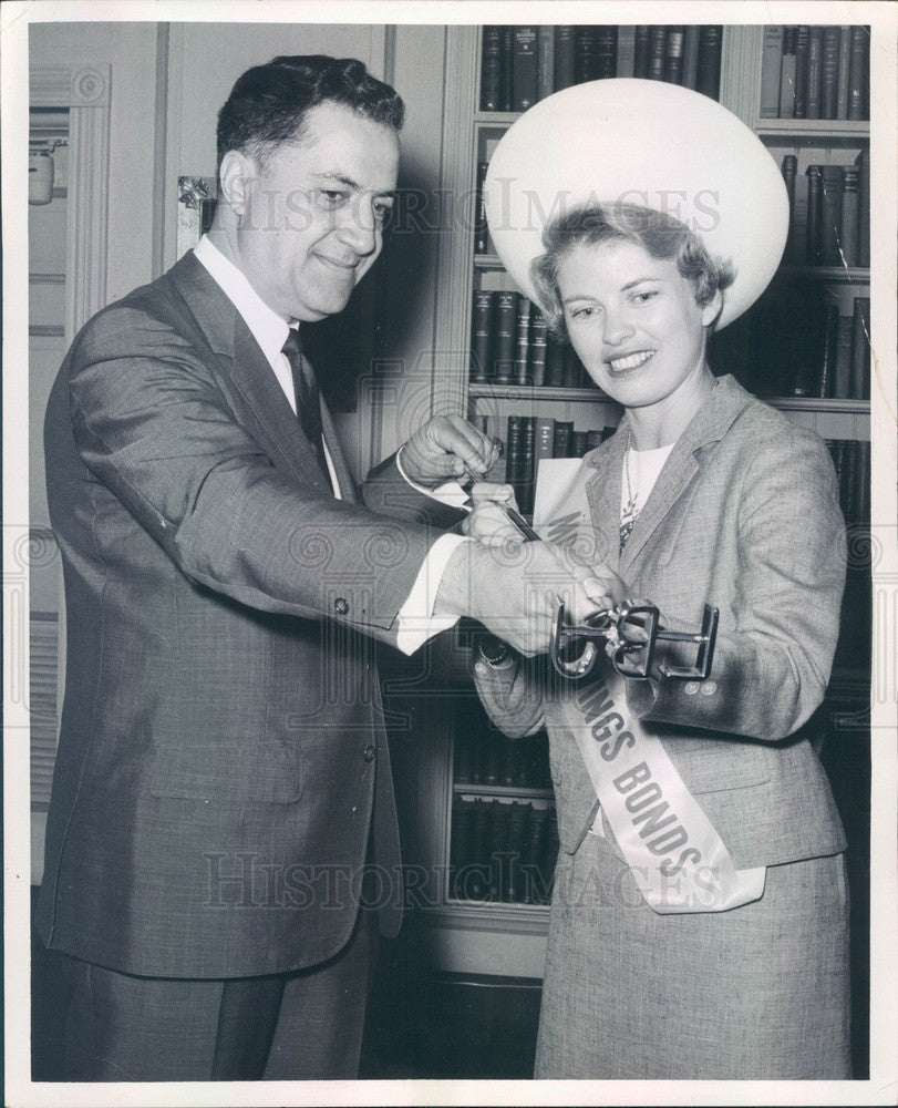 1966 US President Johnson Asst Mike Manatos & Mrs. US Savings Bonds Press Photo - Historic Images