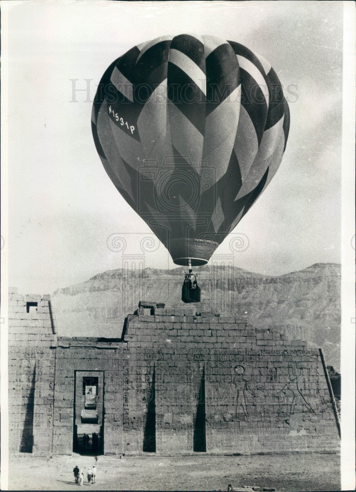 1983 Cairo, Egypt Valley of the Kings Temple, Hot Air Balloon Press Photo - Historic Images