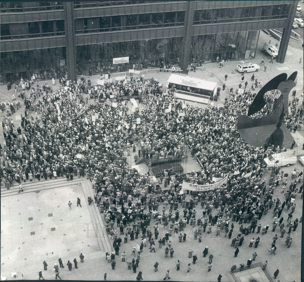1981 Chicago, Illinois Daley Center Plaza Rally For Poland Press Photo - Historic Images