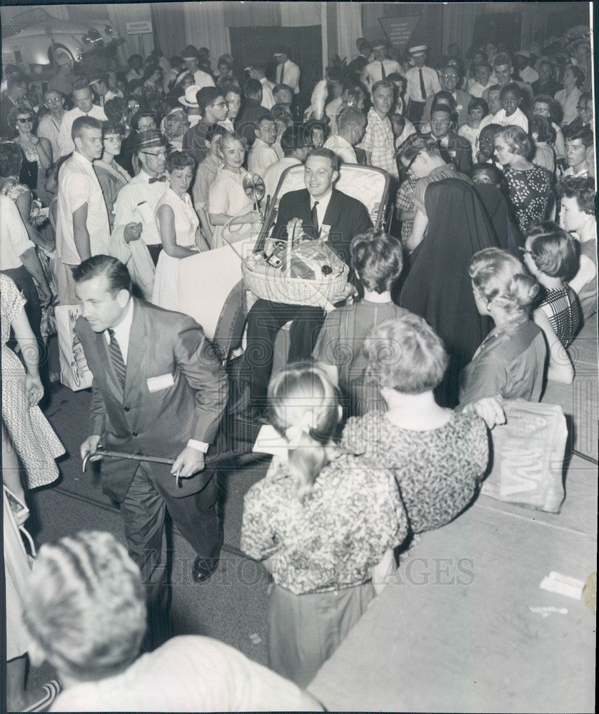 1959 Chicago, Illinois International Trade Fair, 750,000th Visitor Press Photo - Historic Images