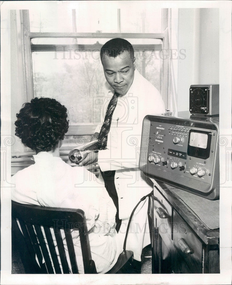 1955 Chicago, IL Provident Hospital Radiologist Dr. William Quinn Press Photo - Historic Images