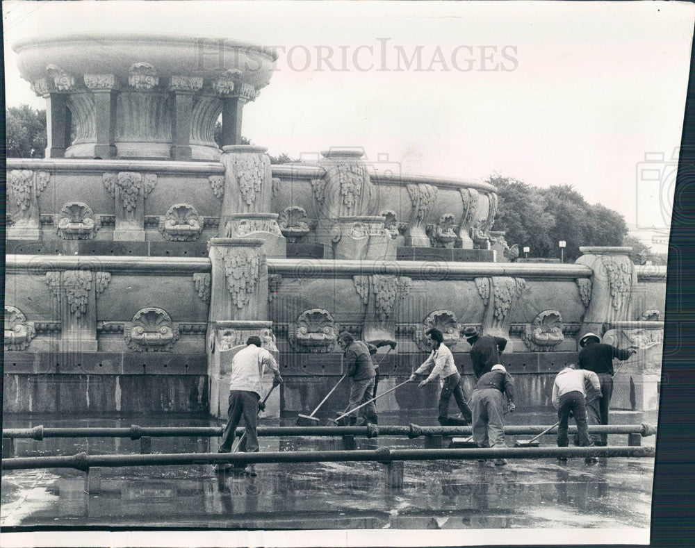 1975 Chicago, Illinois Grant Park Buckingham Fountain Cleaning Press Photo - Historic Images