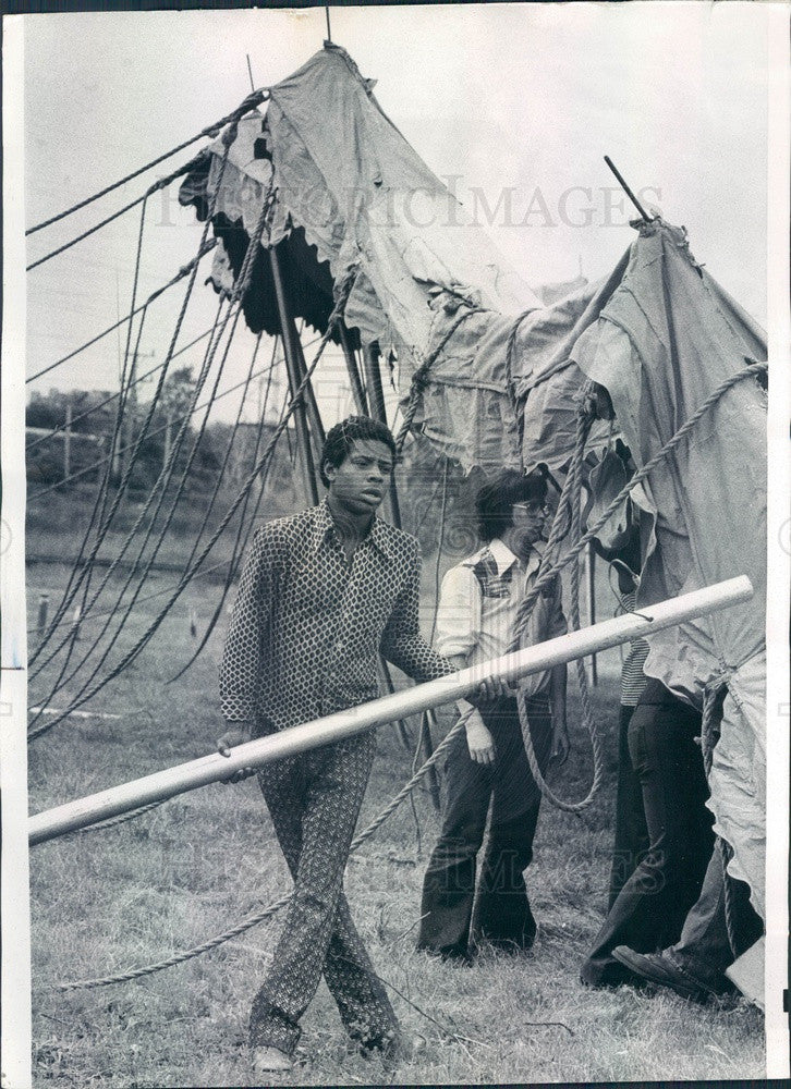 1975 Circus Vargas Tent Being Erected at Skokie, Illinois Press Photo - Historic Images