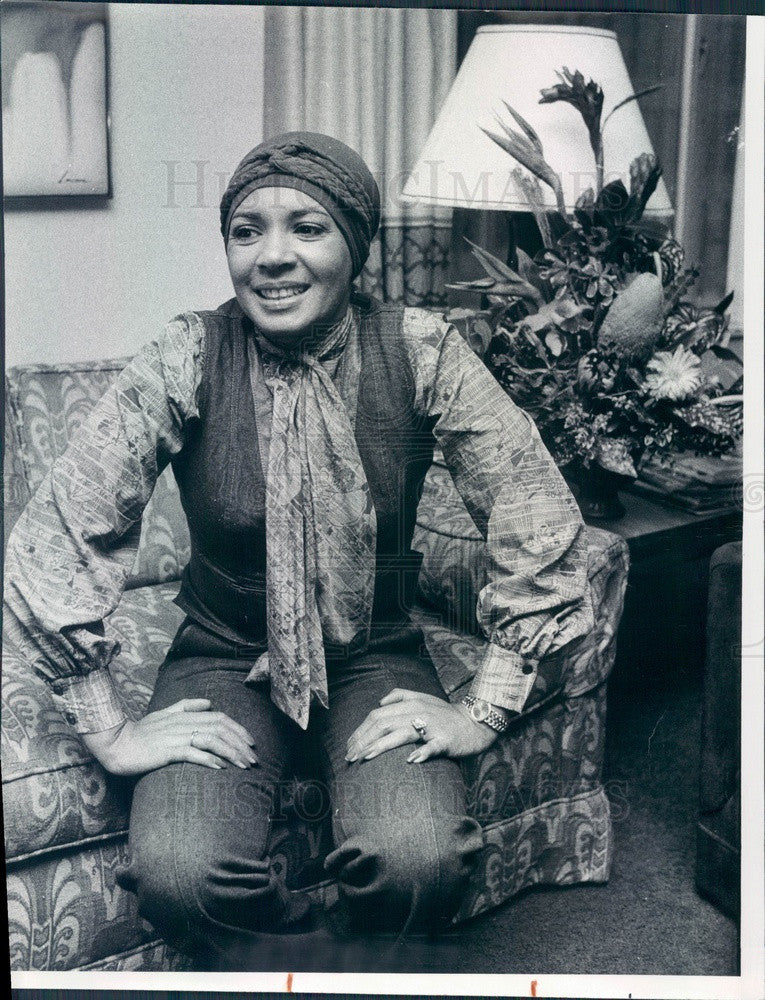 1976 Welsh Singer Shirley Bassey James Bond Goldfinger/Moonraker Press Photo - Historic Images