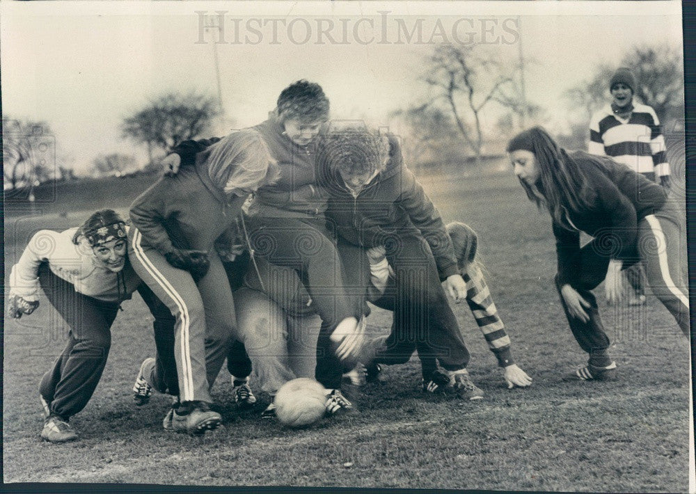 1977 Chicago, Illinois Women's Rugby Team Press Photo - Historic Images