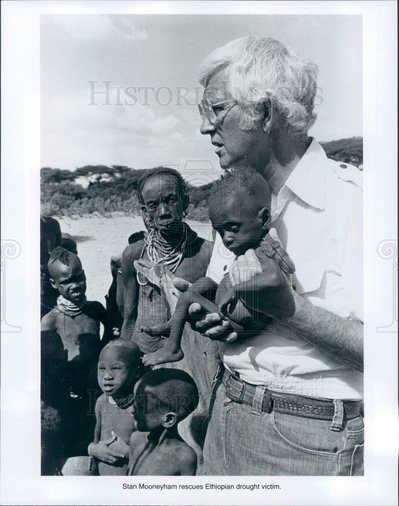 1981 World Vision President Stan Mooneyham & Ethiopia Children Press Photo - Historic Images