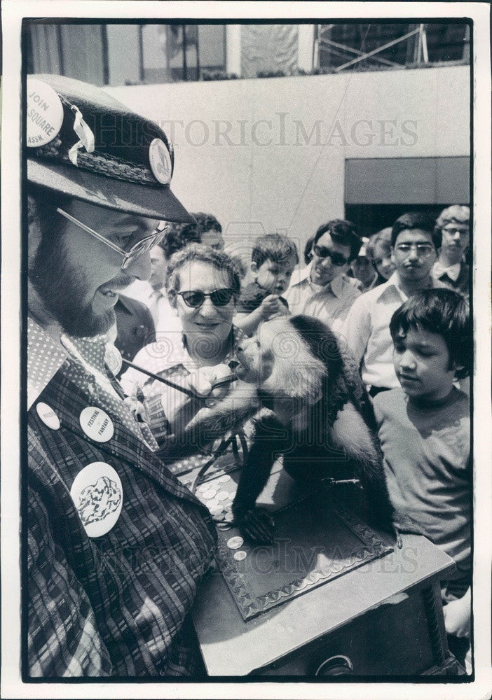 1975 Chicago, Illinois Organ Grinder Bill Hoffmann & Chico Press Photo - Historic Images