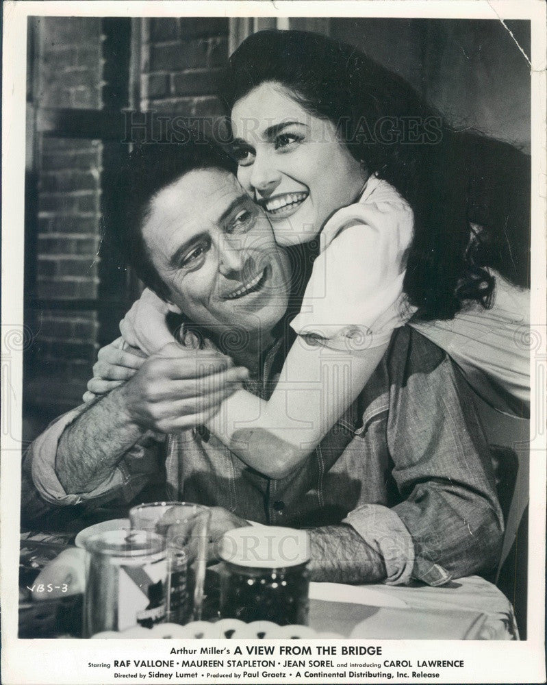 1962 American Hollywood Actors Carol Lawrence & Raf Vallone Press Photo - Historic Images