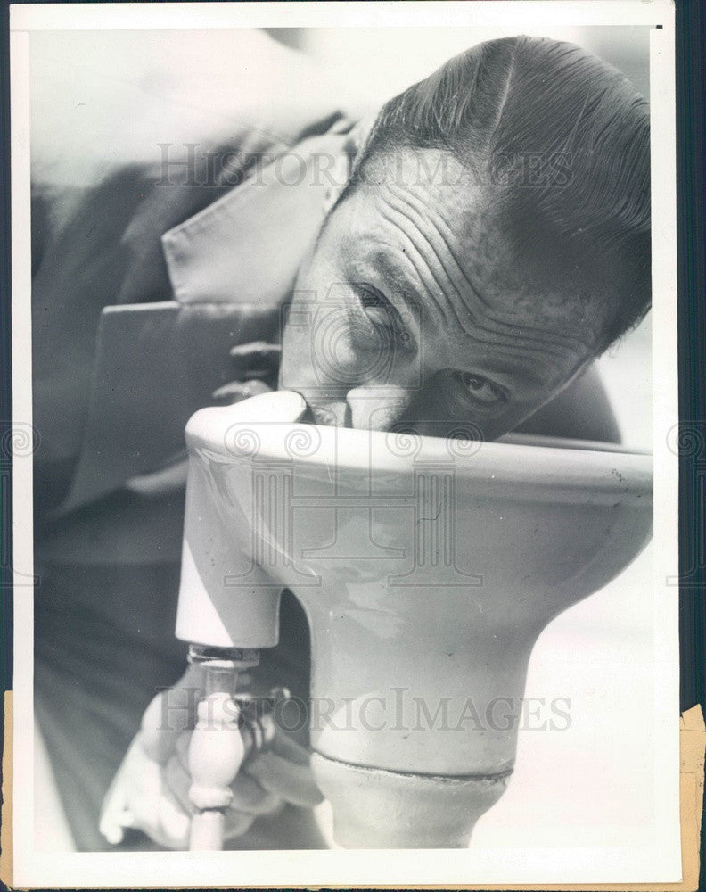 1935 Hollywood Actor Rod La Rocque Using Water Fountain Press Photo - Historic Images
