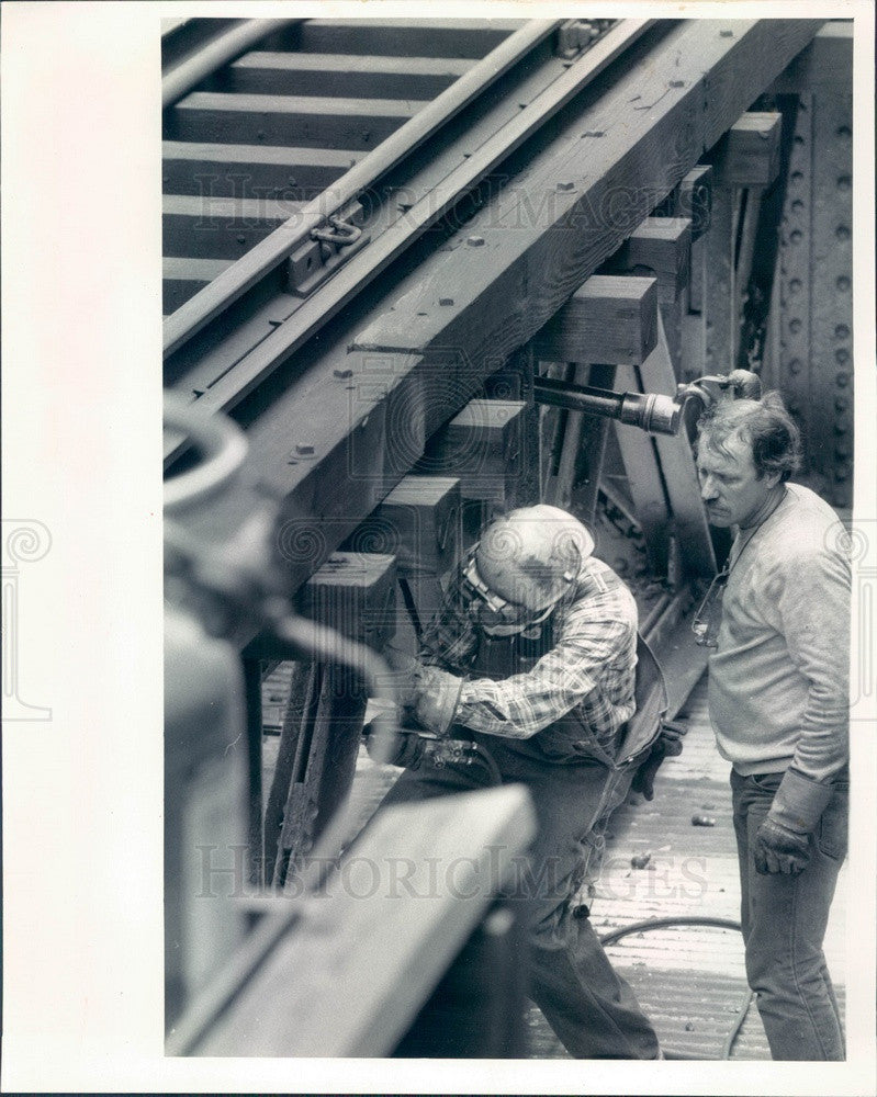 1986 Chicago, IL CTA Ironworker Removes Lead Dust on Loop L Track Press Photo - Historic Images