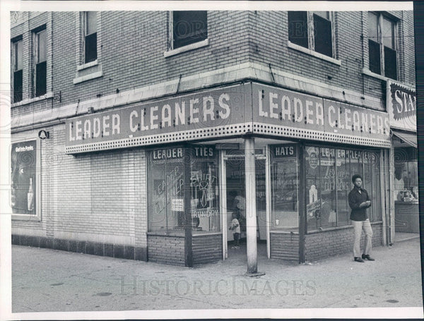 1971 Chicago, Illinois Leader Cleaners Press Photo - Historic Images