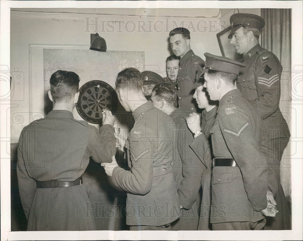 1942 British Soldiers Teach US Soldiers Darts in Northern Ireland Press Photo - Historic Images