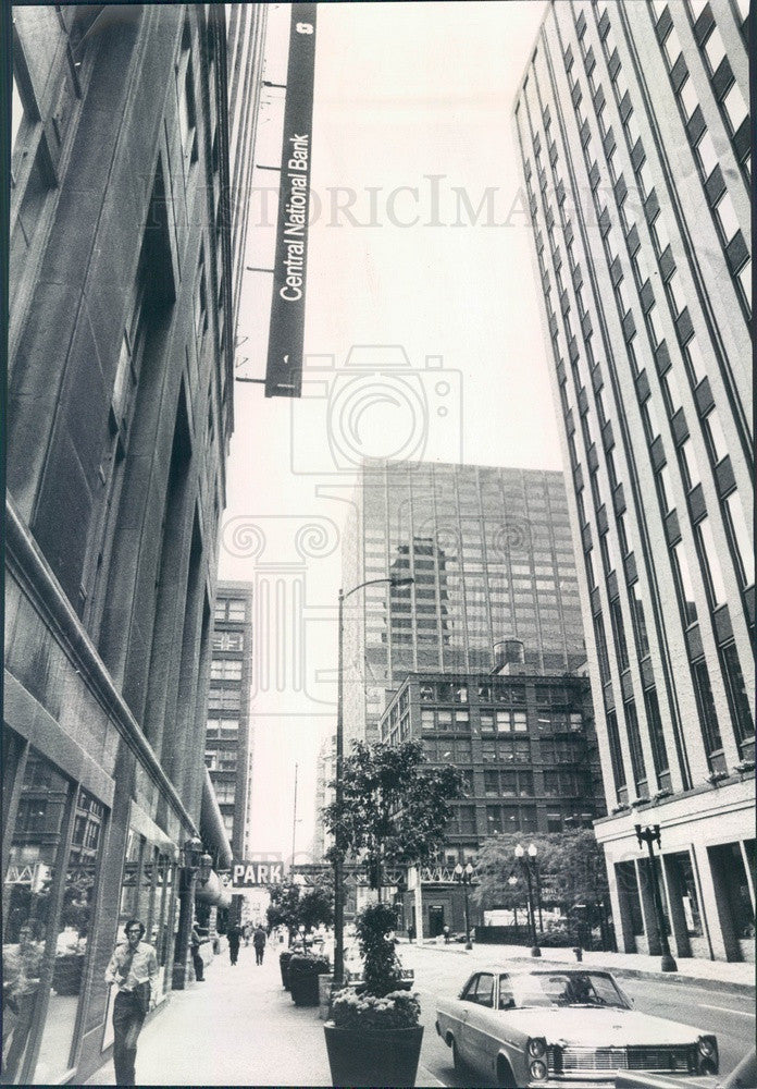 1971 Chicago, Illinois Central National Bank Sideways Sign Press Photo - Historic Images