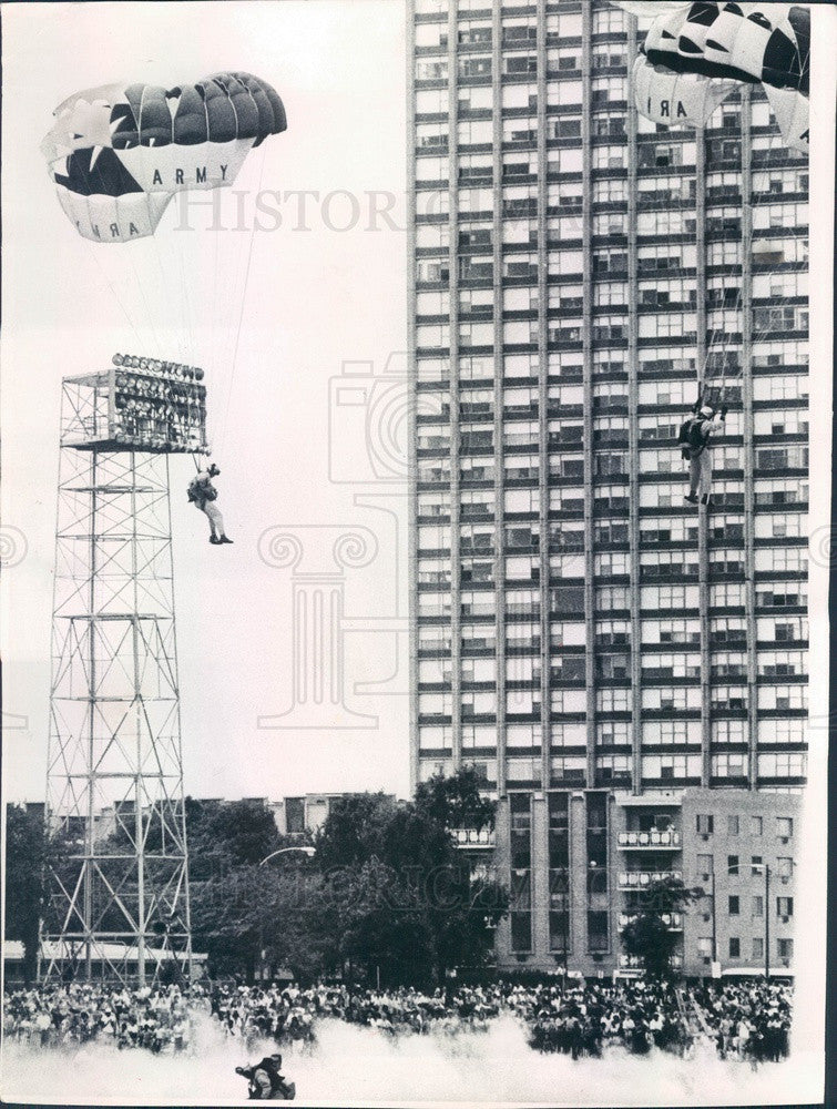 1971 Chicago, IL Lakefront Festival Army Golden Knights Parachute Press Photo - Historic Images