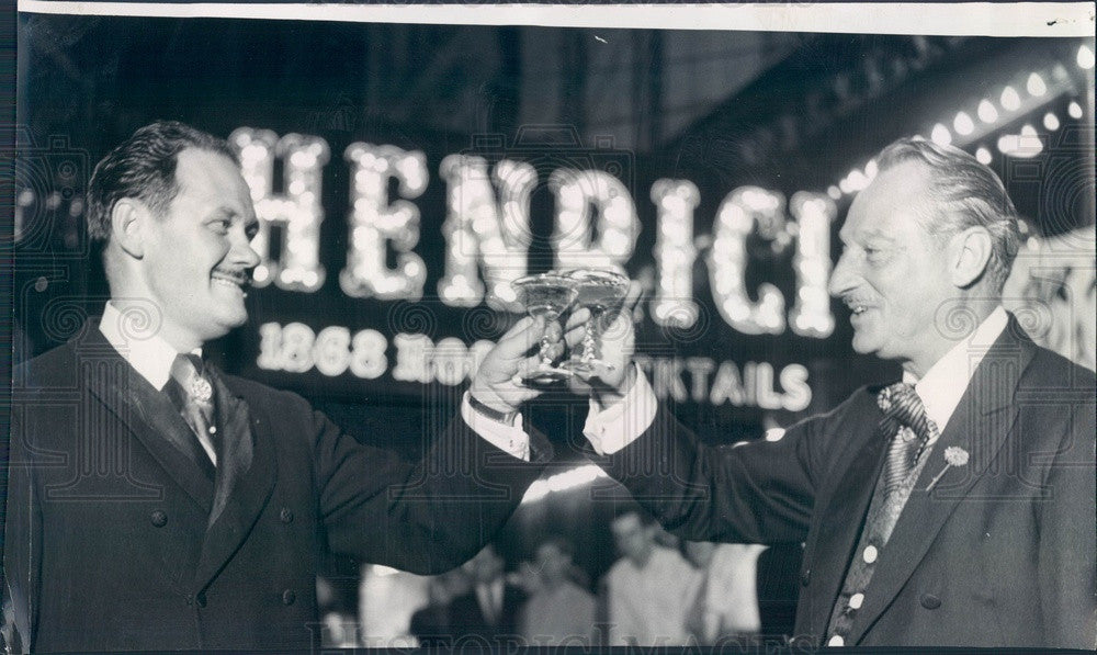 1962 Chicago, Illinois Henrici's Restaurant Farewell Toast Press Photo - Historic Images
