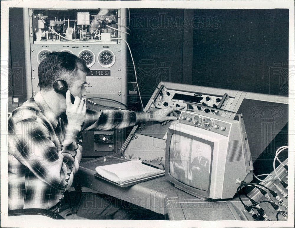1969 Boulder, CO Physicist Howard Machlan Comparing Clock Readings Press Photo - Historic Images