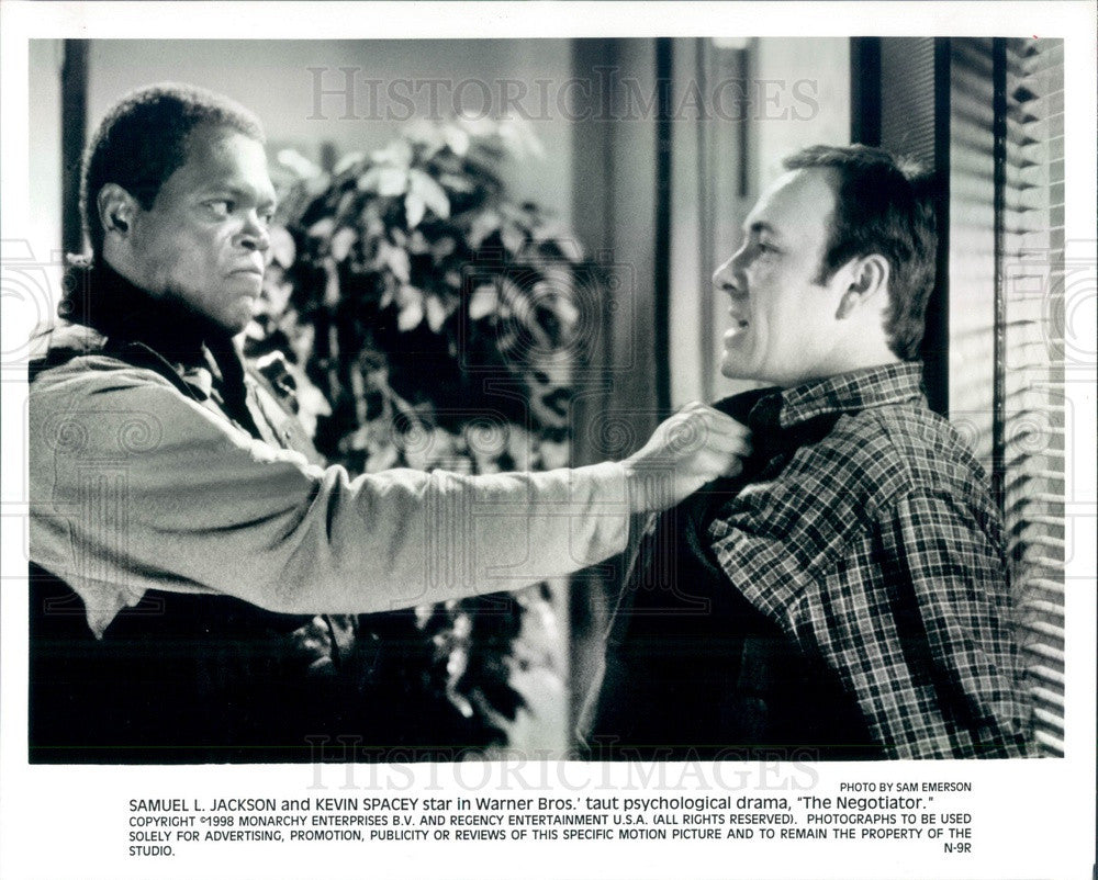 1998 Actors Samuel Jackson & Kevin Spacey in The Negotiator Press Photo - Historic Images