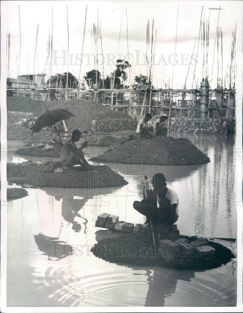 1966 Karachi, East Pakistan Workers in Flooded Field Chip Bricks Press Photo - Historic Images