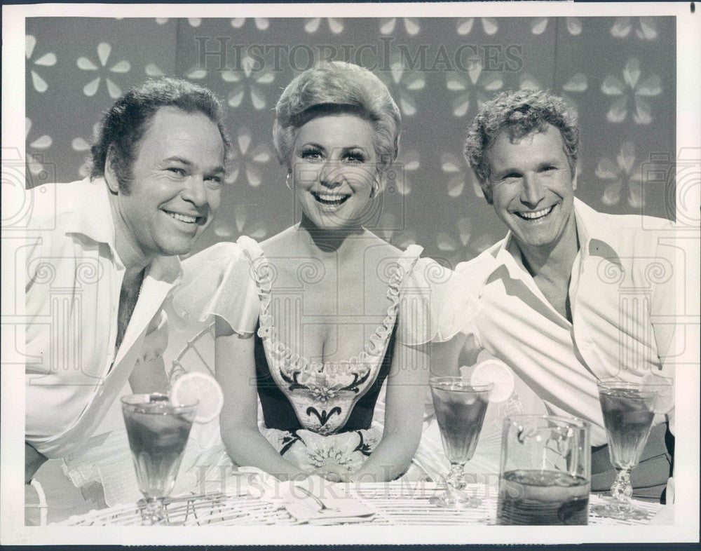 1977 Actor Mitzi Gaynor/Wayne Rogers w/ Country Music Star Roy Clark Press Photo - Historic Images