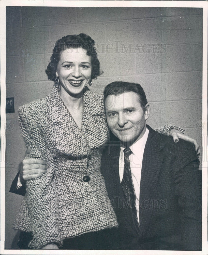 1954 Detroit, Michigan Actors Burton & Bette Wright Press Photo - Historic Images