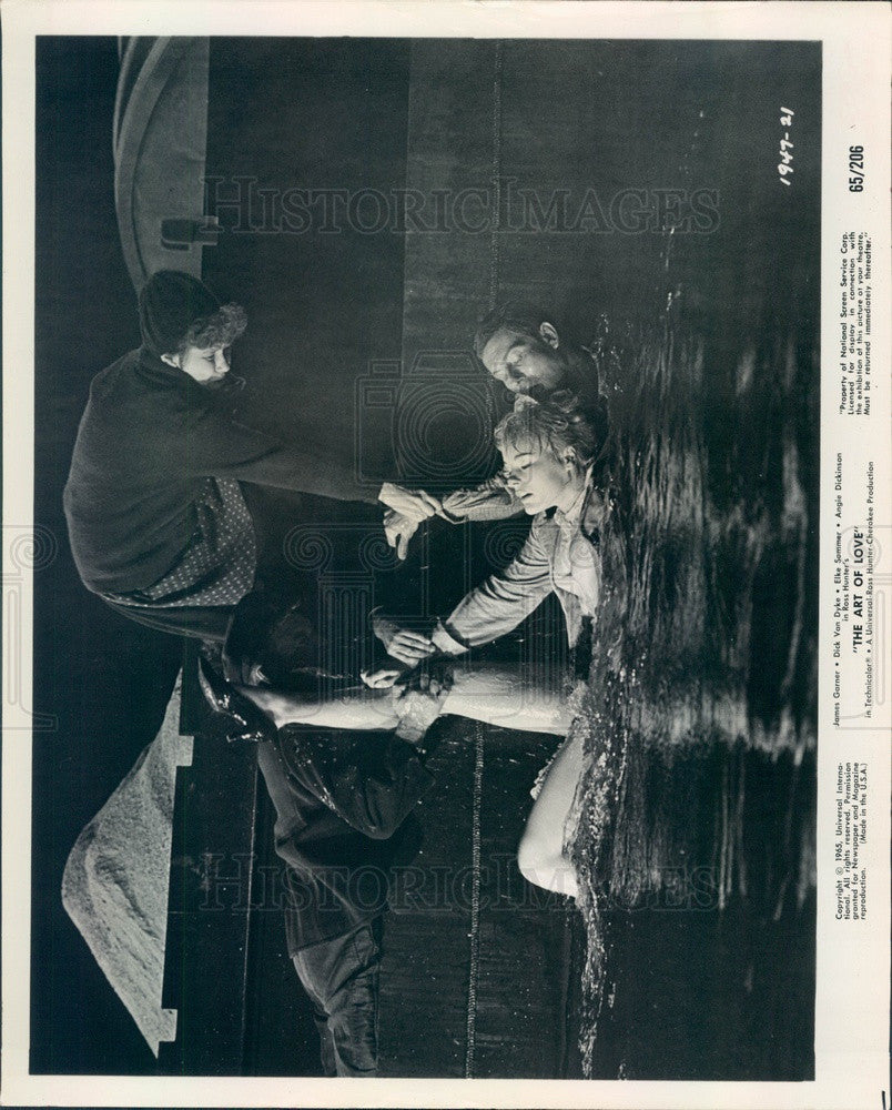 1965 Hollywood Actors Dick Van Dyke & Elke Sommer Press Photo - Historic Images