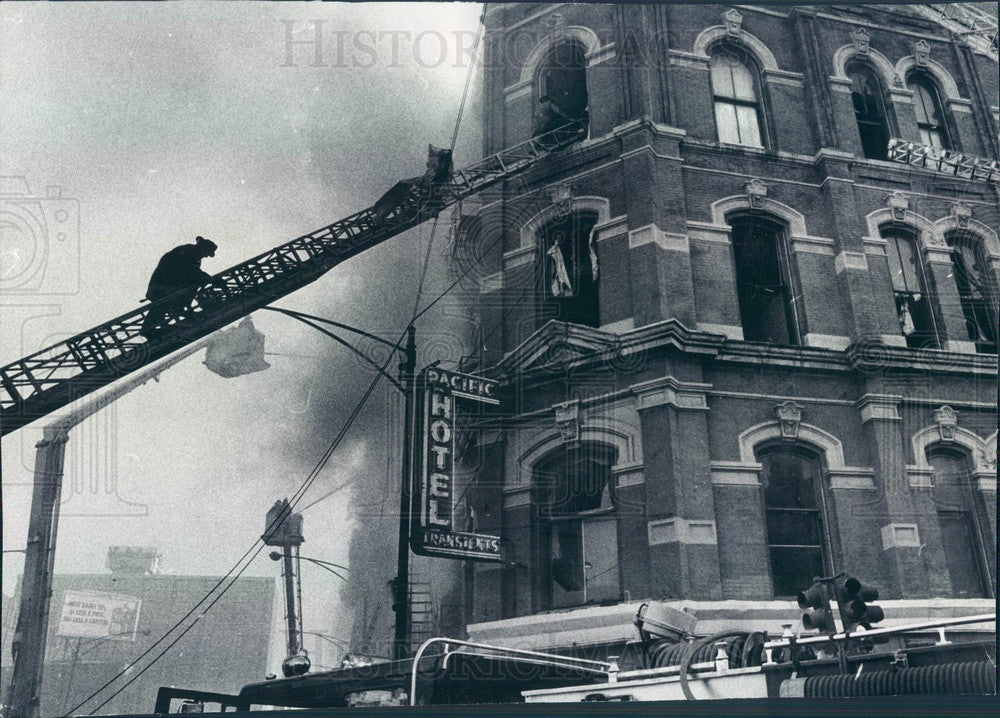 1977 Chicago, Illinois Pacific Hotel Fire Press Photo - Historic Images
