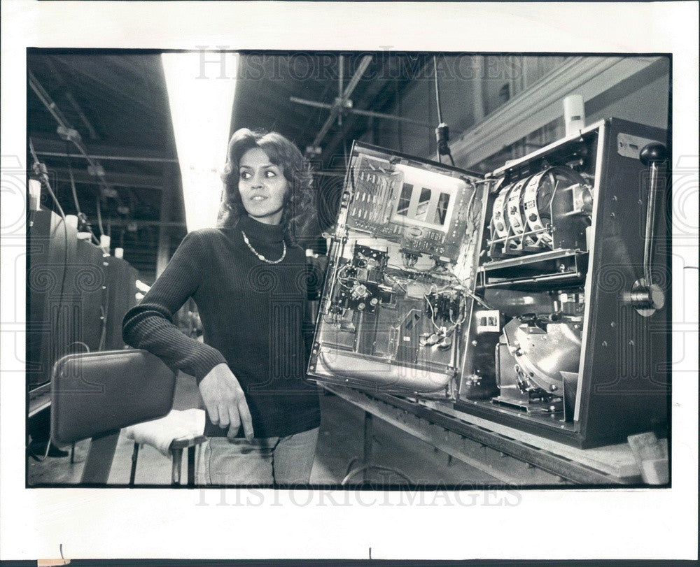 1979 Elgin, IL Jennings and Company Slot Machine Tester Vickie Born Press Photo - Historic Images
