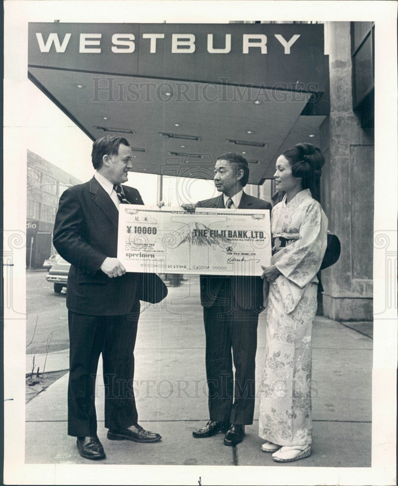 1974 Chicago, IL Westbury Hotel GM Frank Brown Receives Yen Check Press Photo - Historic Images