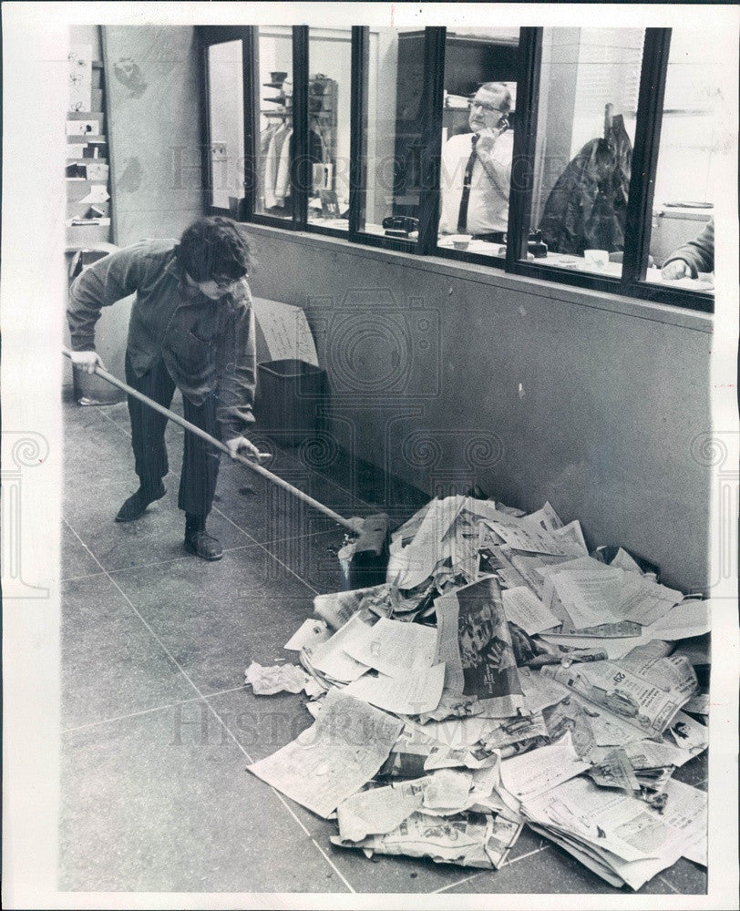 1969 Univ of Chicago Cleanup After Student Sit-In in Admin Bldg Press Photo - Historic Images