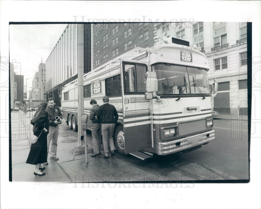 1987 USA Today BusCapade USA Bus Tour in Detroit, Michigan Press Photo - Historic Images
