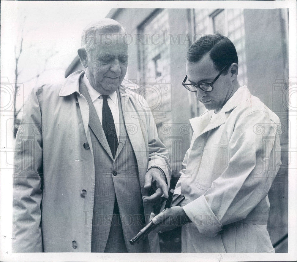 1969 Detroit, Michigan Zoo Director Dr. Robert Willson Press Photo - Historic Images