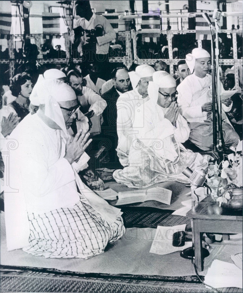 1961 Rangoon, Burma Prime Minister U Nu in Buddhist Prayer Ceremony Press Photo - Historic Images