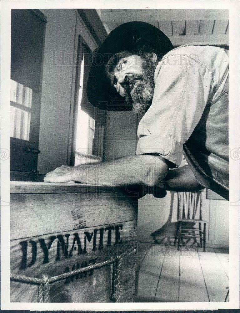 1974 Hollywood Actor Jack Elam in One Dog Town Press Photo - Historic Images