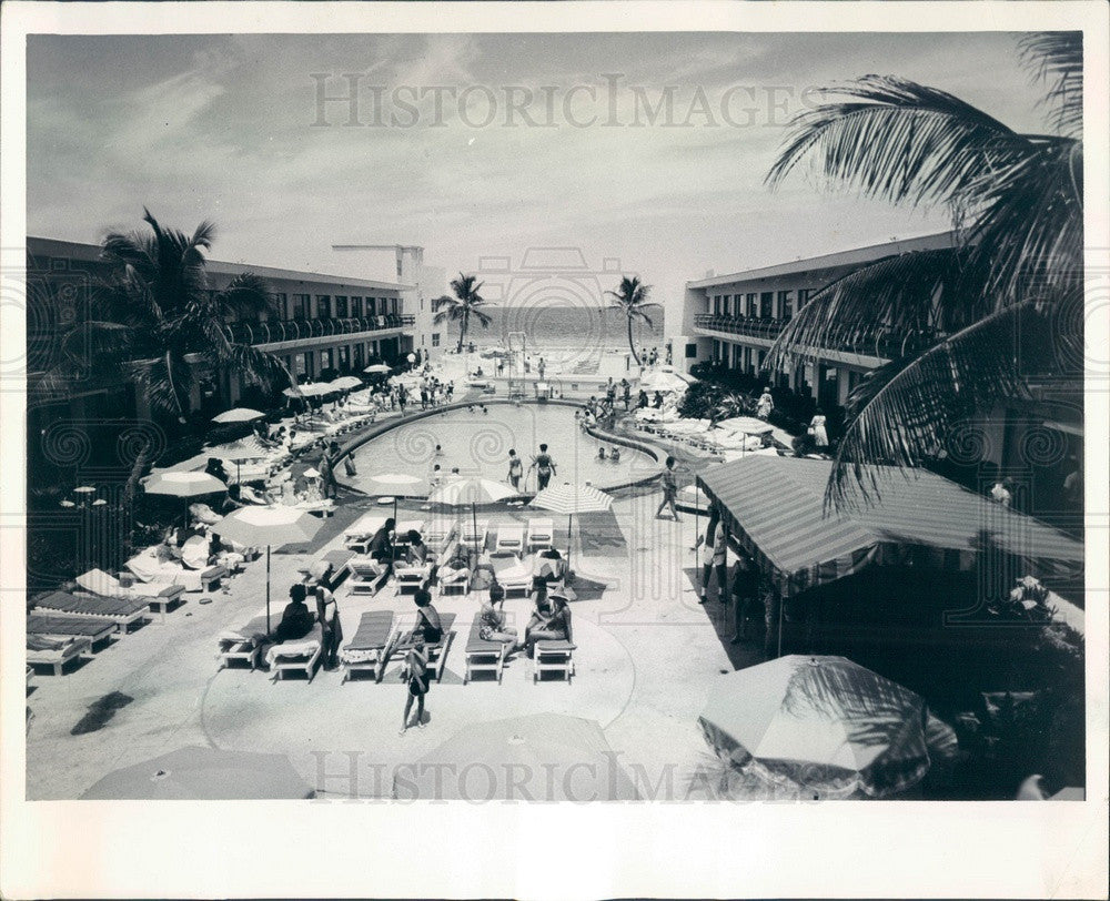 1969 Miami Beach, Florida Desert Inn Pool Press Photo - Historic Images