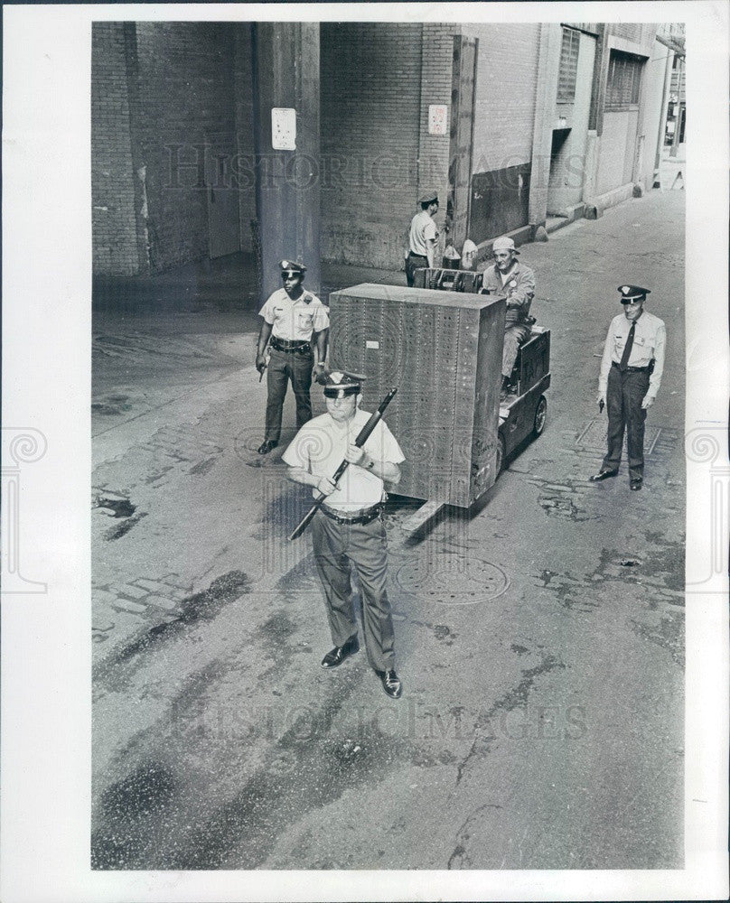 1972 Chicago, Illinois Armored Express Guards Move Money Press Photo - Historic Images