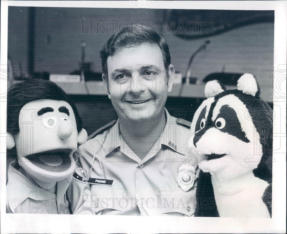 1981 St Petersburg Beach, FL Police Detective Jerry Pagano & Puppets Press Photo - Historic Images