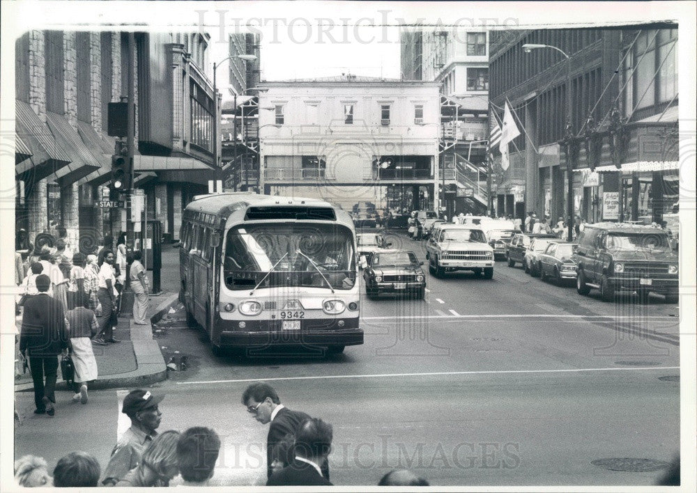 1985 Chicago, Illinois CTA Bus on State & Madison Press Photo - Historic Images