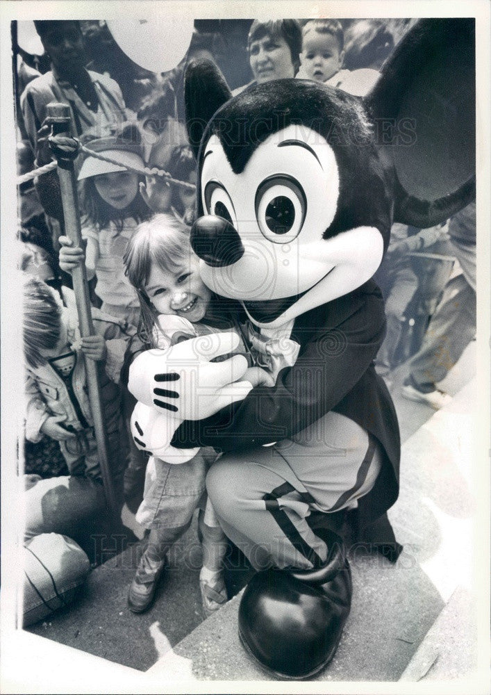 1985 Walt Disney Character Mickey Mouse & Angelica Valencia Press Photo - Historic Images