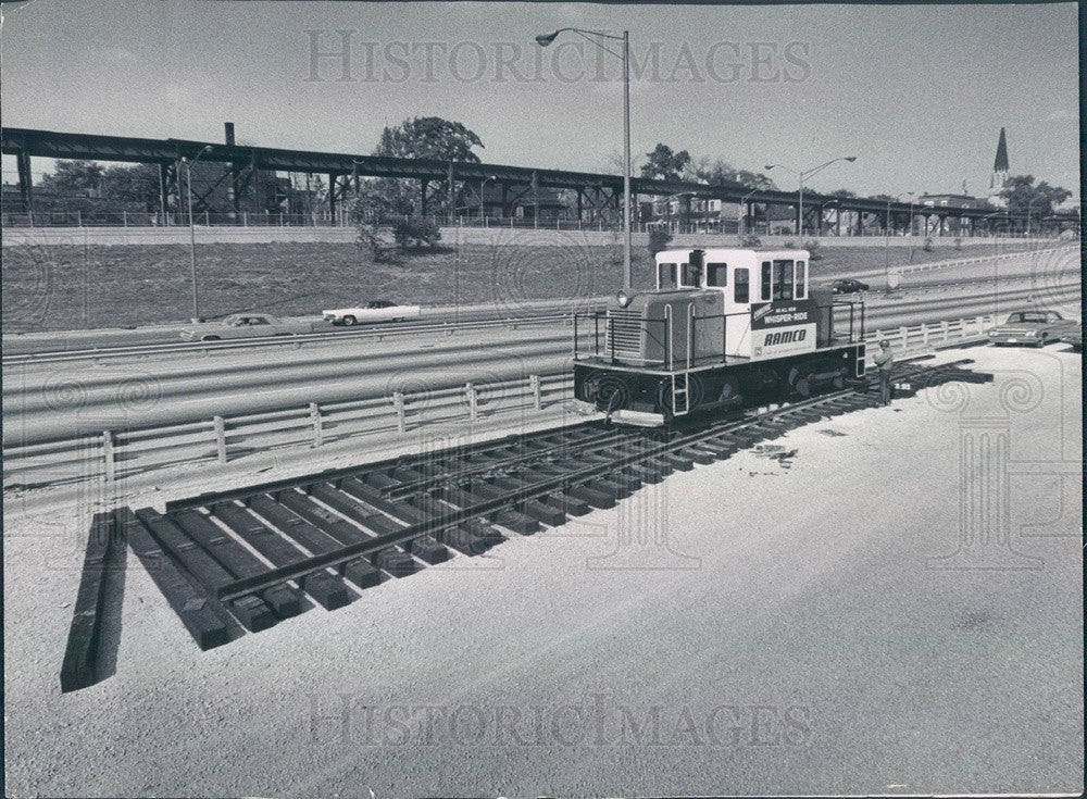 1968 Chicago, Illinois Dan Ryan Median Train Track Installed Press Photo - Historic Images