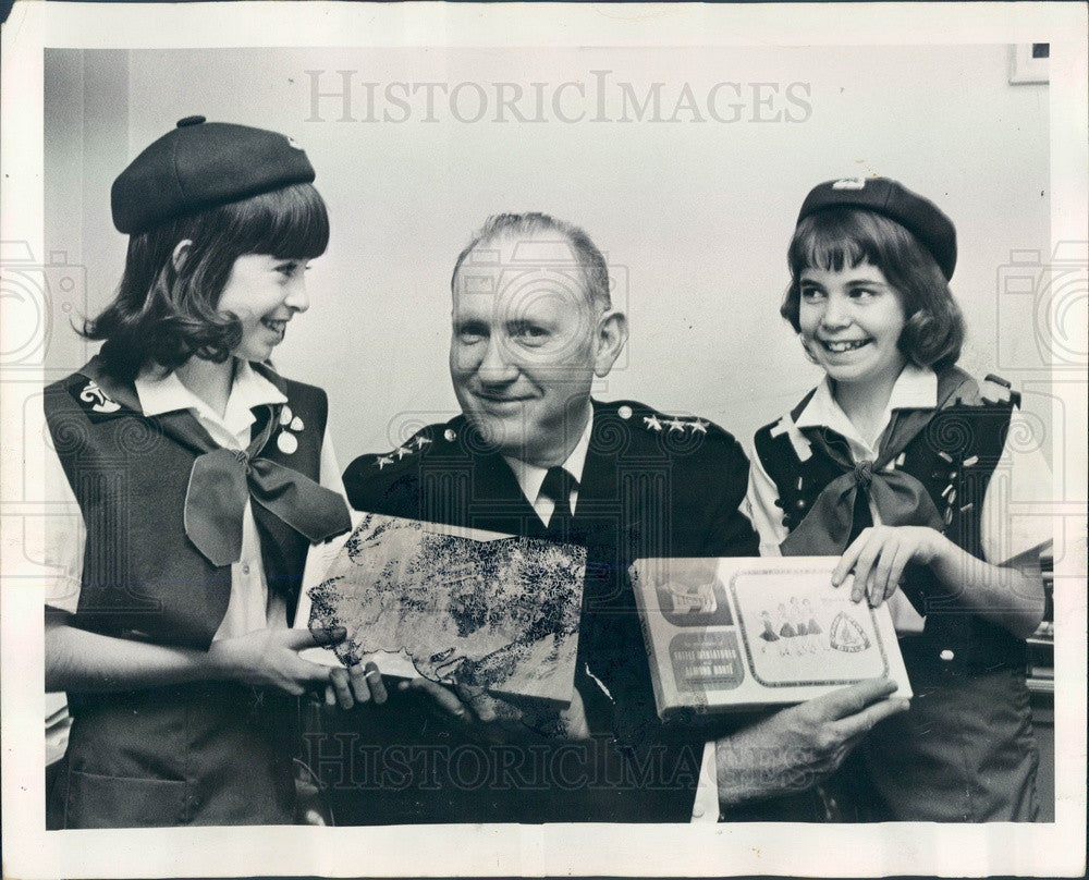1969 Chicago, IL Police Deputy Supt James Rochford & Camp Fire Girls Press Photo - Historic Images