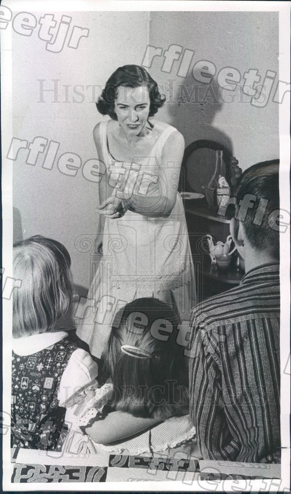 1958 Aurora, CO Speechmaker Mrs George Rienks & Children Press Photo ads273 - Historic Images