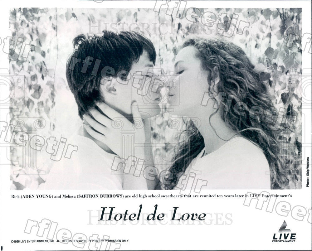 1996 Actors Saffron Burrows, Aden Young in Film Hotel de Love Press Photo adu545 - Historic Images