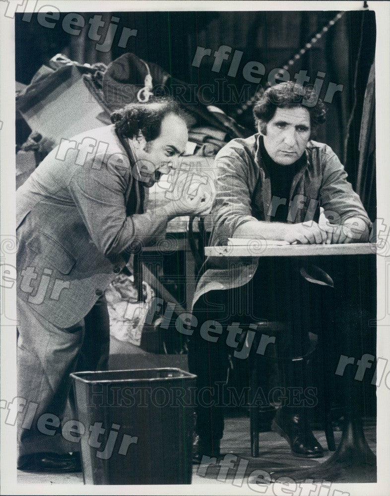 1982 Emmy Winning Actors Danny DeVito & Judd Hirsch on Taxi Press Photo adx951 - Historic Images