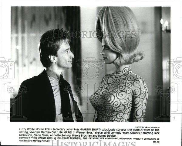 "Press Photo Martin Short and Lisa Marie in ""Mars Attacks"". - cvb20488 - Historic Images"